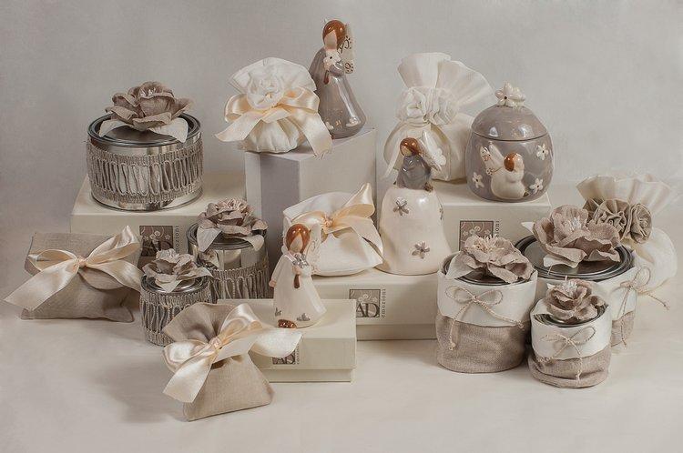 Bomboniere e sacchettini con nastro in raso per il matrimonio